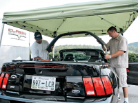 mump_0701_19z+ford_mustang+installing_light_bar.jpg